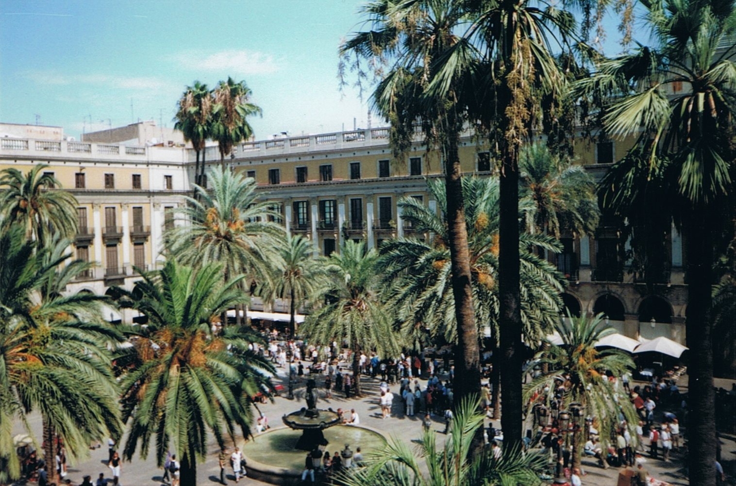 spanien costa brava barcelona sehensw rdigkeiten plaza reial. Black Bedroom Furniture Sets. Home Design Ideas